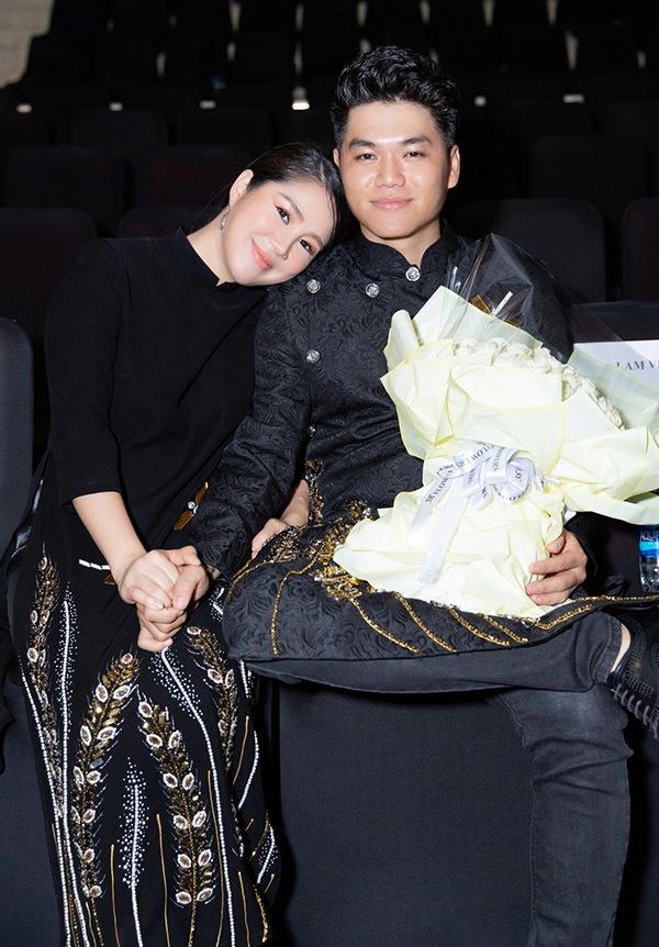 <p> Vợ chồng Lê Phương nắm tay tình tứ ở hàng ghế đầu.</p>