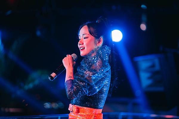 Cô thăng hoa với những bản hit, mang đến bầu không khí buộc khán giả phải nhún nhảy theo.