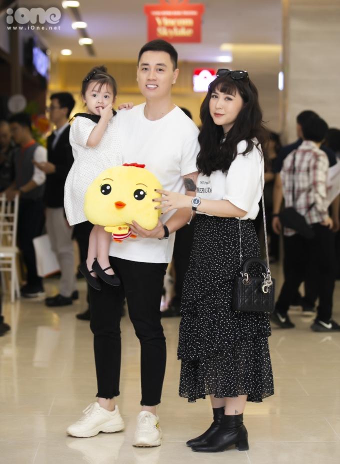 <p> Kiên Hoàng - Heo Mi Nhon từng được xem là một trong những cặp đôi nổi tiếng trong giới trẻ Hà Nội. Giữa năm 2015, cặp đôi lên xe hoa. Một thời gian sau cả gia đình chào đón thành viên mới với tên gọi ở nhà là Cam.<br /> Mỗi lần xuất hiện, gia đình nhà Cam luôn thu hút mọi ánh nhìn bởi phong cách thời trang trẻ trung cùng những biểu cảm vô cùng đáng yêu.</p>