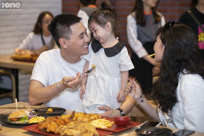 <p> Cả gia đình nhà Cam vui vẻ thưởng thức đồ ăn tại nhà hàng.</p>