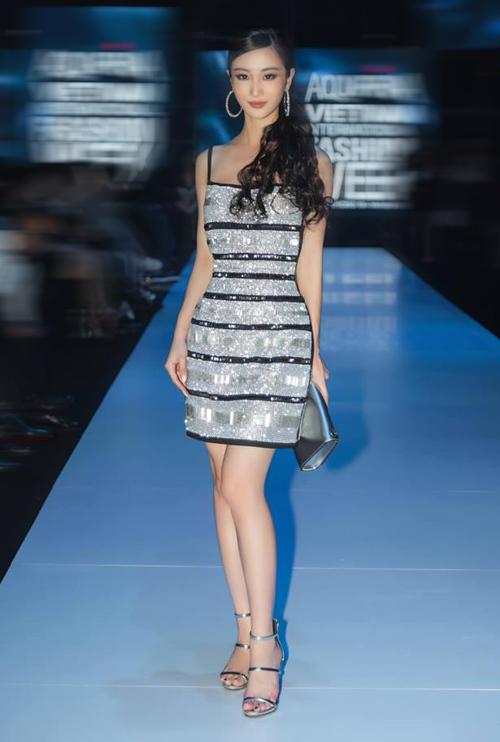 Tham dự sự kiện thời trang gần đây, Jun Vũ diện cả cây đồ lấp lánh nổi bật. Chiếc váy hai dây đính kim sa của NTK Chung Thanh Phong được người đẹp kết hợp với sandals quai ngang và phụ kiện metallic cùng tông.