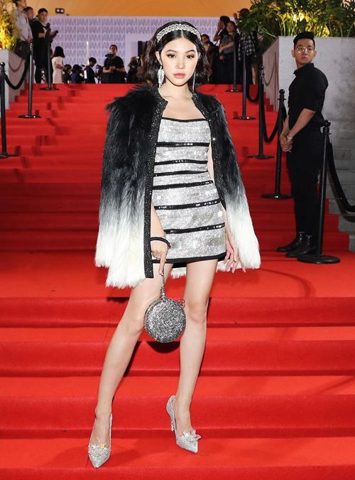 Thiết kế này từng được Jolie Nguyễn diện đầu tiên. Hoa hậu con nhà giàu có cách mix cầu kỳ hơn khi diện cùng áo khoác lông bên ngoài, đi kèm là trang sức hàng hiệu kiểu quý tộc.
