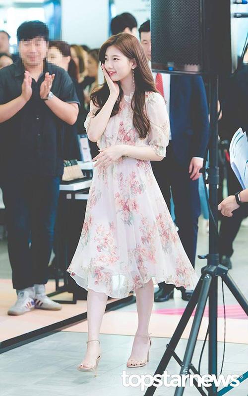 Kiểu váy hoa của thương hiệu Vanessa Bruno từng được ca ngợi là chiếc váy quốc dân khi được rất nhiều sao nữ sử dụng. Khí chất nhẹ nhàng đầy nữ tính của Suzy cực hợp với mẫu váy họa tiết hoa. Nữ ca sĩ kết hợp với bông tai ngọc trai tạo vẻ sang trọng.