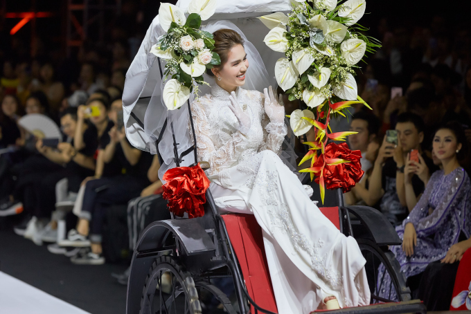 """<p> BST """"Vu quy"""" đến từ NTK Bảo Bảo đã mở màn thành công Tuần lễ thời trang quốc tế Việt Nam Xuân Hè 2019 đêm thứ ba. Ngọc Trinh bất ngờ hóa cô dâu trong bộ áo dài trắng, ngồi xe kéo đi hết sàn diễn.</p>"""