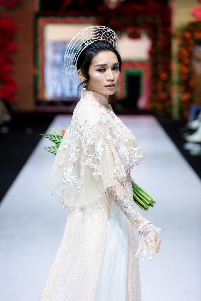 <p> Nổi tiếng với hình ảnh giả gái, BB Trần có màn xuất hiện gây nhiều ấn tượng và thích thú cho khán giả khi khoác lên mình tà áo dài nên thơ.</p>