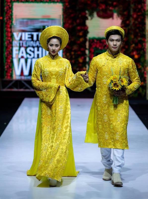<p> BST có sự tham gia trình diễn của nhiều nghệ sĩ nổi tiếng khác như diễn viên Tường Vi. Các trang phục sử dụng chủ yếu tông đỏ, vàng và trắng trên nền chất liệu voan, ren cao cấp kết hợp kỹ thuật đính kết thủ công.</p>