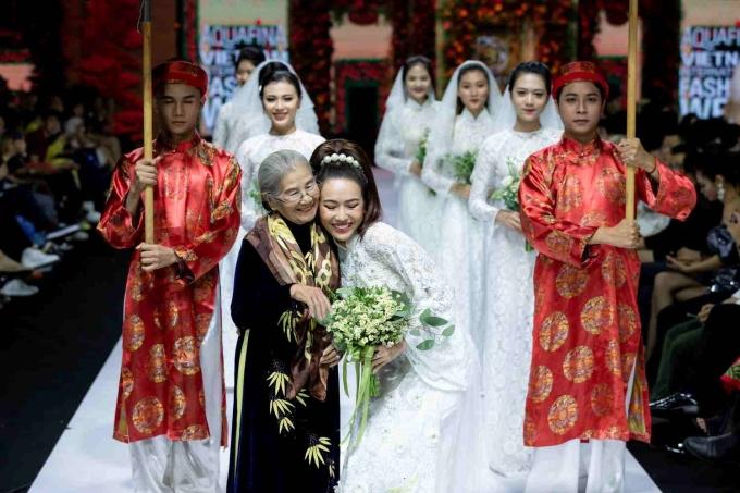 <p> Màn catwalk mô phỏng một đám cưới ở miền Tây, từng được Ngọc Trinh - Diệu Nhi thể hiện thành công trong bộ phim <em>Vu quy đại náo</em>.</p>