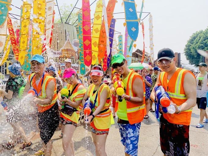 <p> Đến hẹn lại lên,lễ hội Songkran của Thái Lan đang diễn ra. Lễ hội này hút hàng chục nghìn lượt khách du lịch khắp mọi nơi đổ dồn về.</p> <p> Những ngày qua, các thành phố trung tâm của Thái Lan như một ngày hội lớn. Chỉ cần bước ra đường là có thể cảm nhận được sự hào hứng khi người người đua nhau tạt nước. Các con đường, khu phố lớn nhỏ đều được phủ những sắc màu nổi bật.</p>