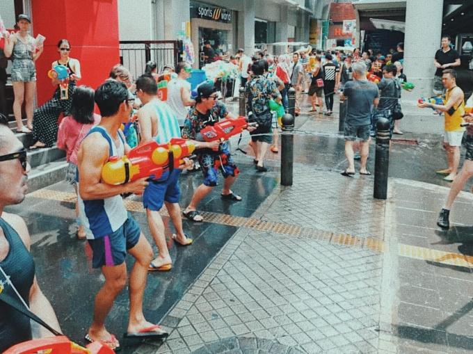 """<p> """"Cơn sốt"""" kéo nhau đilễ hội Songkran còn được thể hiện qua những hội nhóm. Không cần quen biết từ trước, chỉ cần có chung sở thích với trò té nước này là có thể gia nhập team.</p>"""