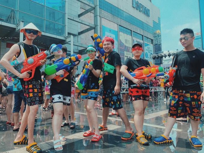 """<p> Ngoài quần đùi, áo thun, ba lỗ, các bạn trẻ còn trang bị """"súng ống"""" đầy đủ, thuộc hàng """"khủng"""" để tham gia vào những cuộc chiến súng nước """"vui nổ trời"""".</p>"""