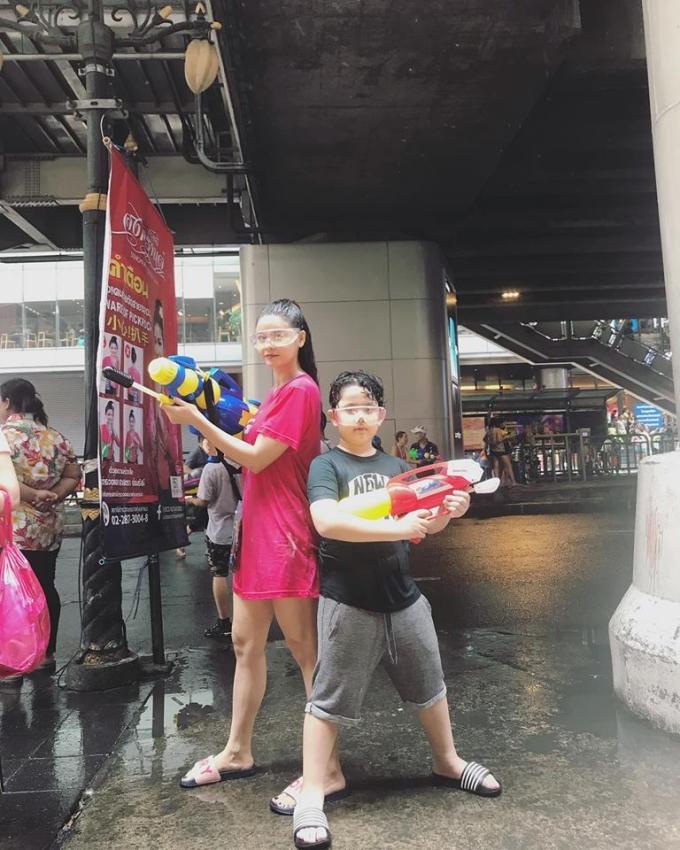 <p> Nhiều sao Việt khác như H'Hen Niê, Trương Quỳnh Anh cũng đầy phấn khích khi tham dự lễ hội té nước vui nhộn này.</p>