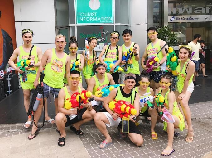 <p> Nhiều nhóm bạn trẻ Việt còn rất đầu tư khi chuẩn bị hẳn đồng phục, thường là màu nổi như cam, xanh nõn chuỗi để xuất hiện thật ấn tượng trên phố.</p>