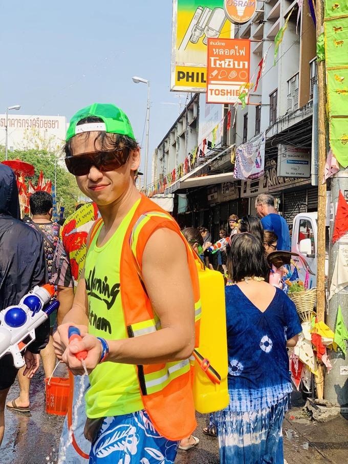 <p> MC Quang Bảo và hội bạnđang có mặt tại thành phố Chiang Mai, Thái Lan để đón Songkran. Không chỉ là dịp đi du lịch, nghỉ dưỡng sau chuỗi ngày làm việc tất bật, với vai trò đại sứ du lịch Thái Lan tại Việt Nam năm 2019, đây còn là dịp MC Quang Bảo chia sẻ với bạn bè về con người, cuộc sống, du lịch, văn hóa và ẩm thực của Thái Lan.</p>