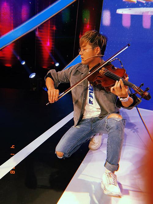 Thanh Duy diễn sâu với chiếc đàn trên tay.