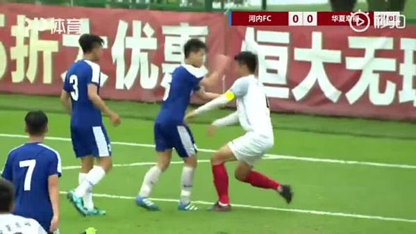 Nguyễn Đức Anh vung tay đấm vào mặt Zheng Haokun.