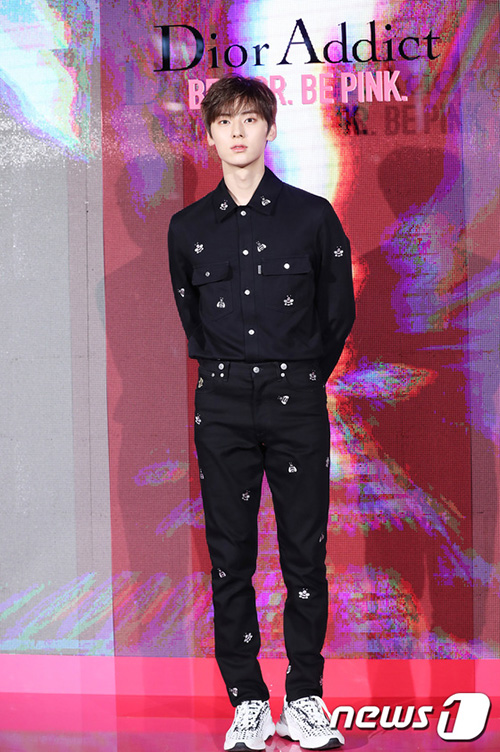 Hwang Min Hyun lại khoe hình thể chuẩn như siêu mẫu với cả set đồ của Dior. Anh chàng không kết hợp thêm phụ kiện nào mà tập trung mọi sự chú ý và bộ trang phục và đôi sneaker năng động.