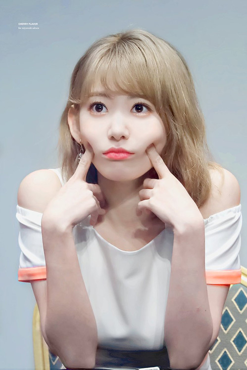 Với mái tóc vàng, đôi mắt lấp lánh và làn da sáng, Sakura được ca ngợi có nét đẹp như búp bê. Nhiều fan hi vọng nữ ca sĩ sẽ thử nghiệm những màu tóc mới trong tương lai.