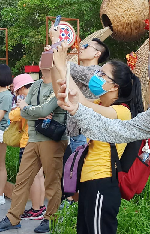 Lúa nước mang một ý nghĩa rất lớn đối với người nông dân và đối với nước ta hiện nay. Việc chụp hình cùng cây lúa thể hiện niềm tự hào dân tộc, tình yêu quê hương đất nước và còn là nơi tạo rất nhiều hình đẹp để sống ảo, bạn Hân Ly chia sẻ.