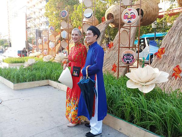 Du khách nước ngoài cũng ấn tượng bởi vẻ đẹp yên bình ở những mô hình làng quê trên phố Nguyễn Huệ.