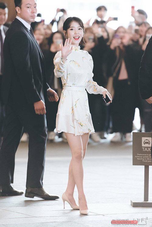 IU khoe được đôi chân thon thả, kiểu tóc búi cao của nữ ca sĩ cũng được đánh giá là phù hợp với chiếc váy.