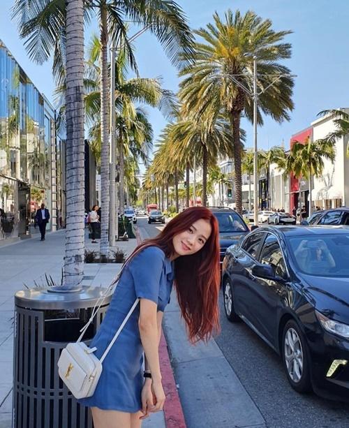 Ji Soo diện váy ngắn dễ thương dạo phố Los Angeles. Ảnh do Lisa chụp.