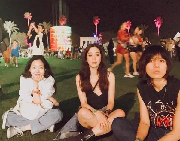 Kim Go Eun và Jung Ryeo Won đến Mỹ tham gia lễ hội Coachella, cùng xem màn trình diễn của Black Pink.