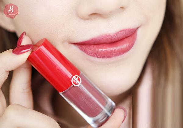 BTV tạp chí Harpers Bazaar chứng minh khả năng bám môi của Giorgio Armani Lip Magnet Liquid Lipstick bằng thử thách: tô son trước khi ăn sáng, đừng nhìn vào gương cho đến sau bữa trưa. Bạn sẽ thấy ngạc nhiên vì ăn hai lần nhưng son gần như không phai nhiều mà vẫn để lại lớp màu đẹp tuyệt.