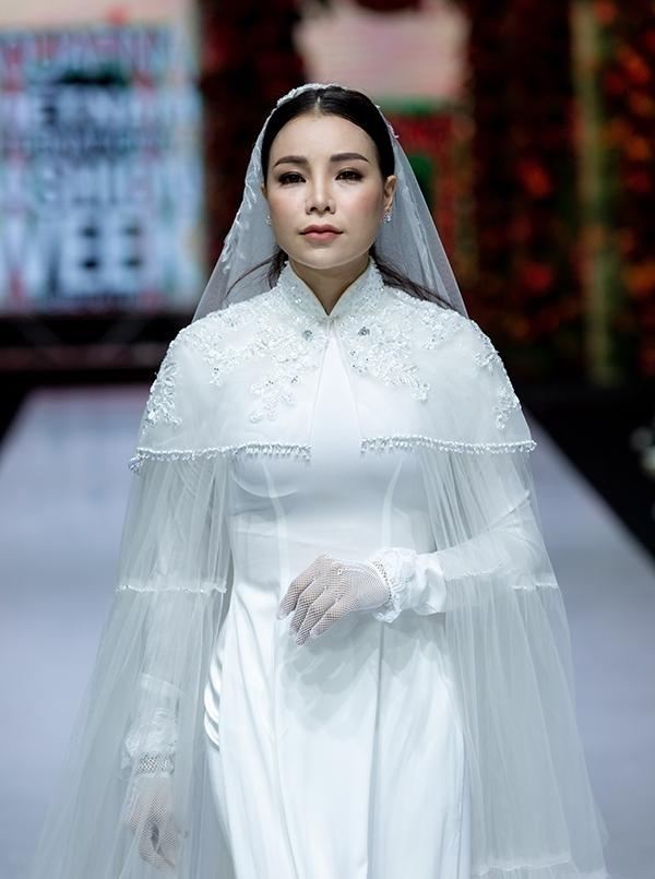 <p> Trà Ngọc Hằng diện áo dài trắng cùng áo choàng.</p>