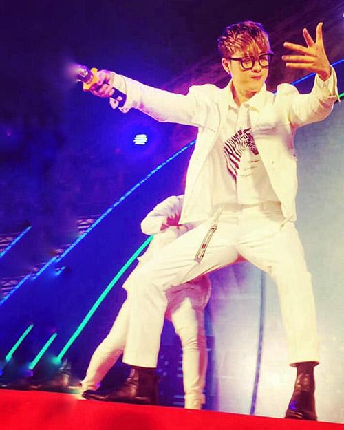 Thanh Duy phiêu trên sân khấu với màn trình diễn khoe vũ đạo sôi động.