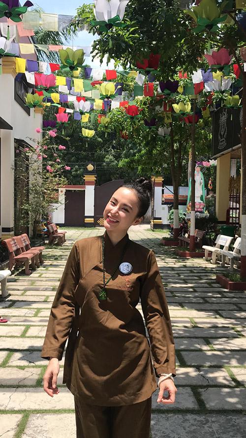 Angela Phương Trinh mặc áo lam, đi chùa cầu bình an.