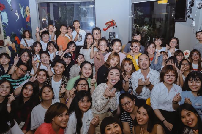 <p> Ngày 14/4, Thu Trang - Tiến Luật có buổi gặp gỡ fan tại TP HCM. Nhiều fan đã vượt cả trăm cây số để tham gia fan meeting. Có bạn còn mang nguyên thùng hải sản tươi đến tặng khiến vợ chồng nữ diễn viên xúc động.</p>