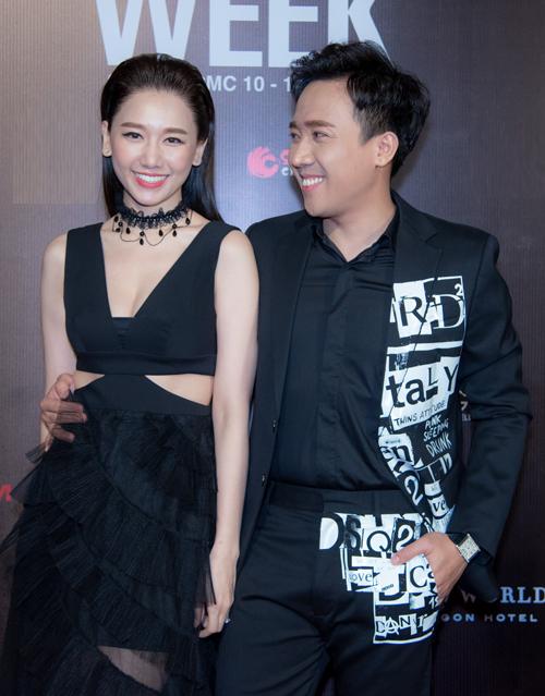 Vợ chồng Hari Won - Trấn Thành sóng đôi trên thảm đỏ với trang phục tông xuyệt tông sắc đen.