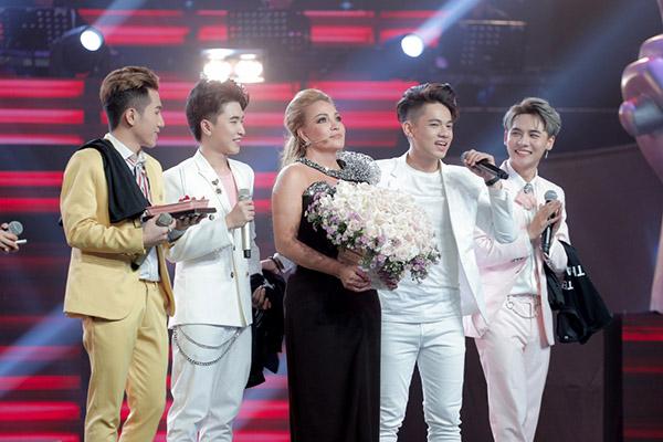 Nhóm nhạc Lovely boys chúc mừng sinh nhật HLVThanh Hà.