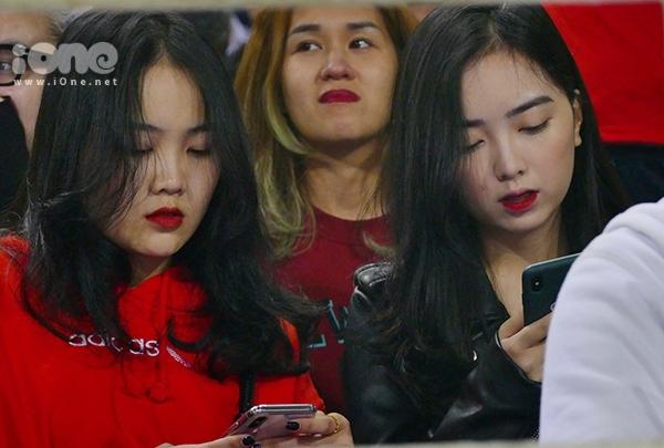 Bạn gái hot girl của Văn Hậu, Đức Chinh cổ vũ U23 Việt Nam - 1