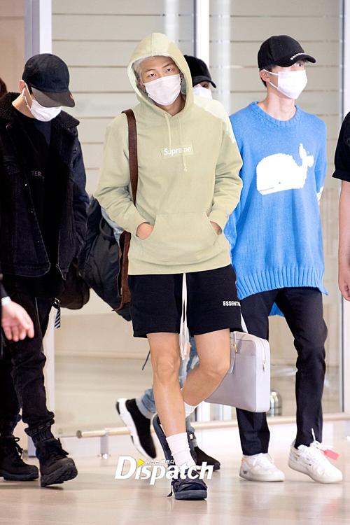 Trưởng nhóm RM gây chú ý nhờ style cá tính. Anh chàng mixáo hoodie và quần short thể thao.