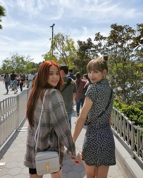 Ji Soo và Lisa tay trong tay đi chơi tình bể bình khiến các fan hú hét đẩy thuyền.
