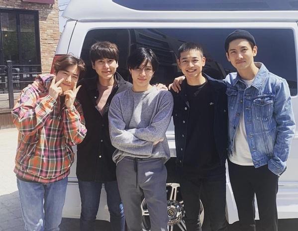 Dàn mỹ nam SM gồm Chang Min, Kyu Hyun, Su Ho, Tae Min đến tiễn Min Ho lên đường nhập ngũ.