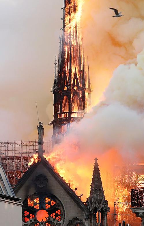 <p> Tối 15/4, lửa bất ngờ bùng lên tại Nhà thờ Đức Bà Paris, làm cháy rụi đỉnh tháp, tháp chuông và hai phần ba vòm mái. Sau nhiều giờ vật lộn, lực lượng cứu hỏa đã khống chế được ngọn lửa, cứu được cấu trúc chính của nhà thờ, nhưng thiệt hại vẫn rất lớn.</p>