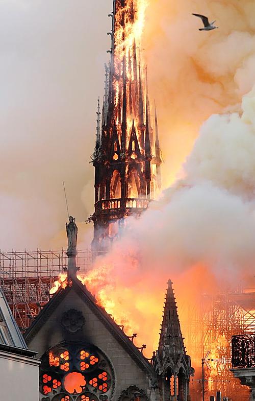 Ngọn lửa thiêu rụi đỉnh tháp.