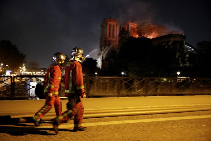 <p> Các chuyên gia cho biết, công tác dập cháy ở Nhà thờ Đức Bà không hề đơn giản do cấu trúc dầm mái bằng gỗ hàng trăm tuổi cùng với lối kiến trúc có tháp chuông cao hàng chục mét. Nhà thờ nằm trên một hòn đảo giữa sông Seine nên điều này cũng gây khó khăn.</p>
