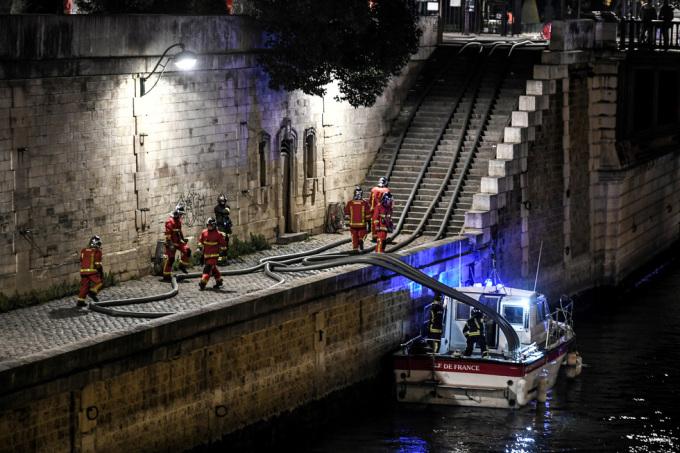 <p> Lính cứu hỏa bơm nước từ sông Seine để dập lửa.</p>