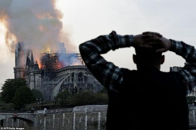 <p> Và nỗi bất lực, hoang mang hiện rõ trên từng người dân Paris.</p>