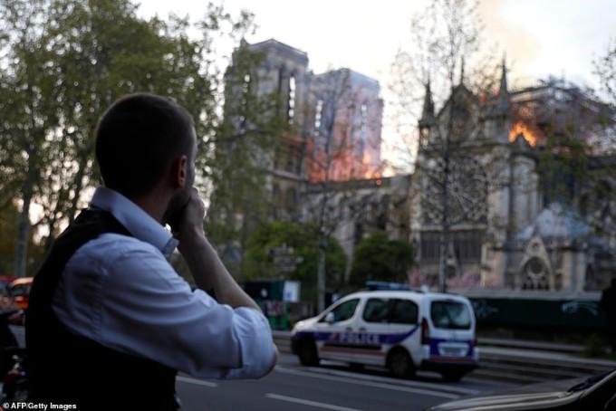 Người dân Paris bất lực nhìn Nhà thờ Đức Bà chìm trong biển lửa