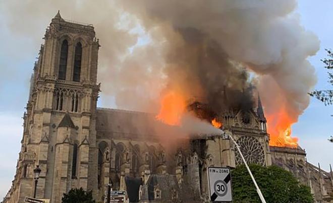 <p> Lính cứu hỏa đã tìm mọi cách để cứu cấu trúc Nhà thờ.</p>