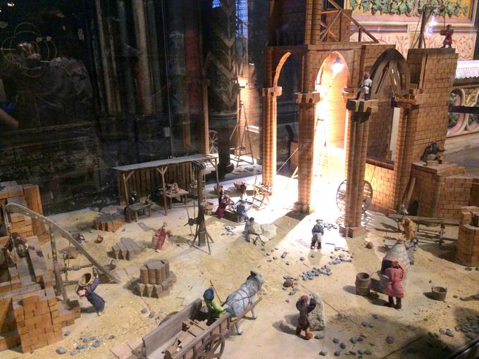 <p> Phía dưới nhà thờ còn có hầm mộ nằm cách mặt đất khoảng 79 m. Đây là nơi chứa các hiện vật, dấu tích cổ đại từ thời Lutèce, tên gọi của Paris trong giai đoạn La Mã.</p>