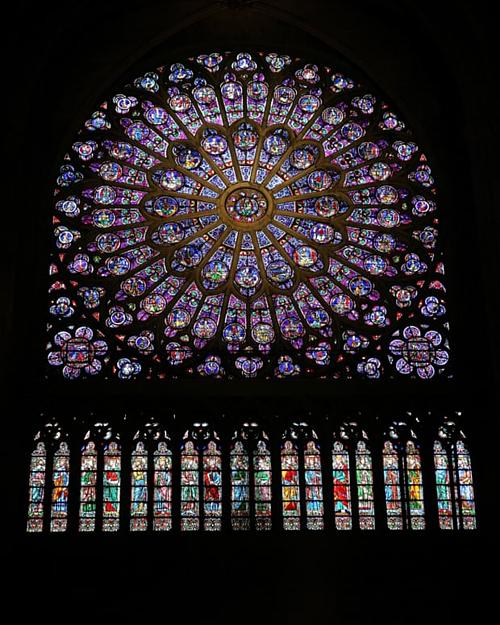 Các ô kính màu tuyệt đẹp của nhà thờ cũng được cứu.
