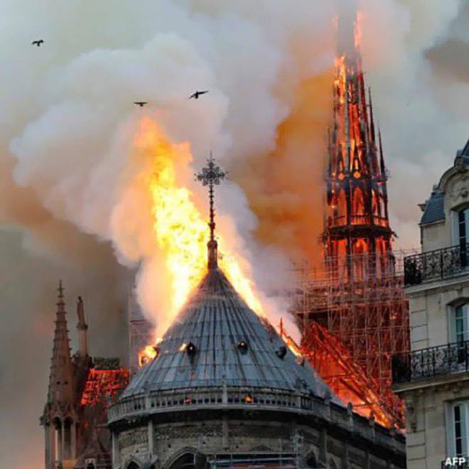 <p> Phần đỉnh tháp Notre-Dame đã bị cháy nặng nề.Tháp chuông đổ sập, phần lớn mái nhà thờ bị lửa thiêu rụi. Hai tháp mặt tiền còn giữ được.</p>