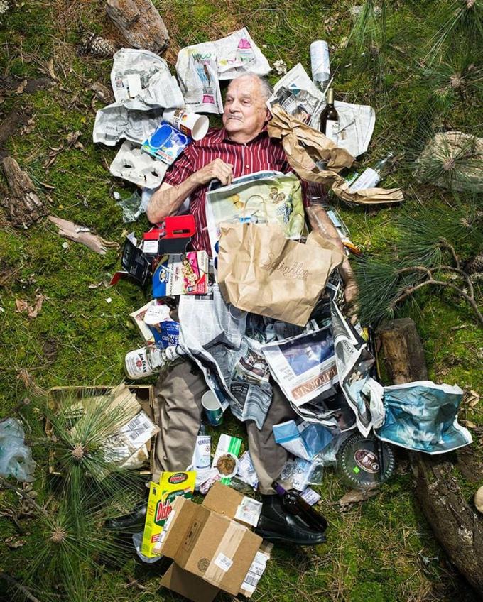 <p> Giấy báo, chai lọ nhựa, thủy tinh luôn ngập tràn ...</p>