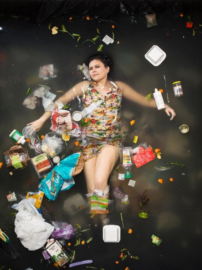 <p> Người ta vứt xuống sông, biển hàng trăm thứ khác nhau: từ những vật dụng không phân hủy cho đến thực phẩm chế biến (rau, cỏ, đồ ăn sống, chín...).</p>