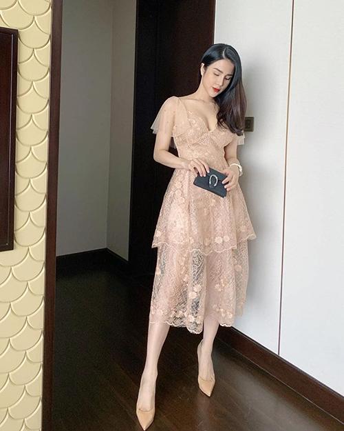 Diệp Lâm Anh diện váy ren mỏng khoe vòng một đầy đặn.